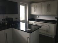 REDUCED WHITE HIGH GLOSS KITCHEN WITH GRANITE WORKTOPS AND RANGEMASTER INCLUDED