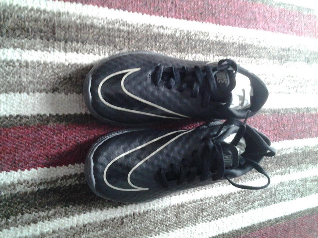 new size 4 kids nike black trainers £5