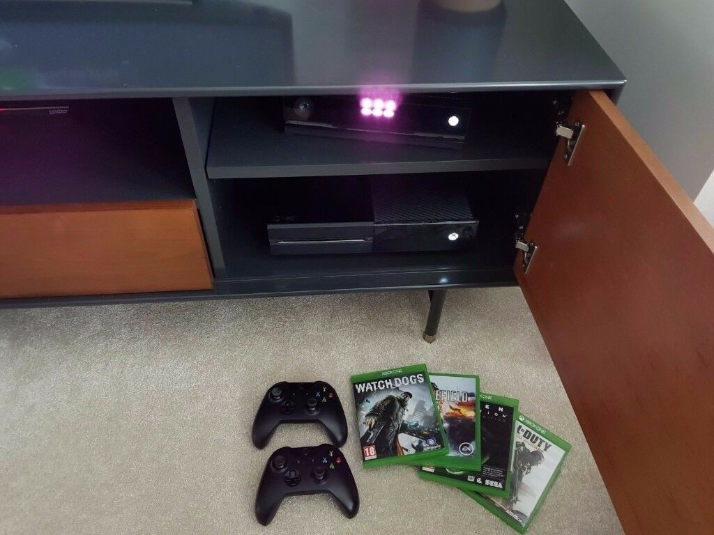 Xbox One 500gb with controller, Kinect and games.