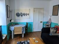 4 bedroom flat in Gilbey Road, London, SW17 (4 bed) (#1039756)