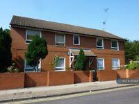 3 bedroom flat in Clark Street, London, E1 (3 bed) (#1120928)