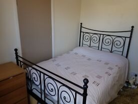 Great value and inclusive of bills, newly decorated double room in Weston village.