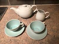 Tea set : teapot and tea cups