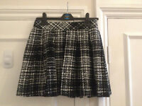 Banana Republic black and white print pleated skirt - size UK 8 petite