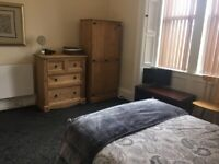 Large bright room with en-suite close to the city centre