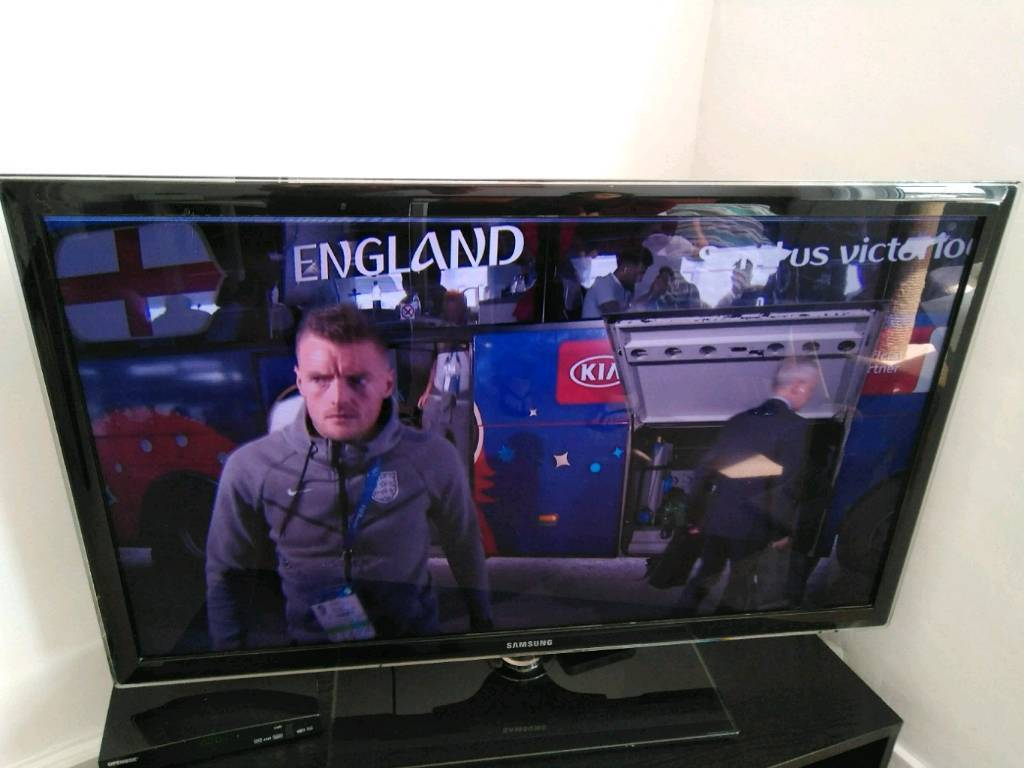 """Samsung 40"""" FULL HD TVin Hove, East Sussex - Full HD4 HDMI 2 USBSmart TVA few lines that sometimes appear on the top of the screen. However, it doesnt affect the good quality of the TV. (It can be seen in one of the pictures).Model UE40D5520"""