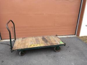 Chariot d'entrepôt, dessus en bois ---------- Warehouse cart with wooden top