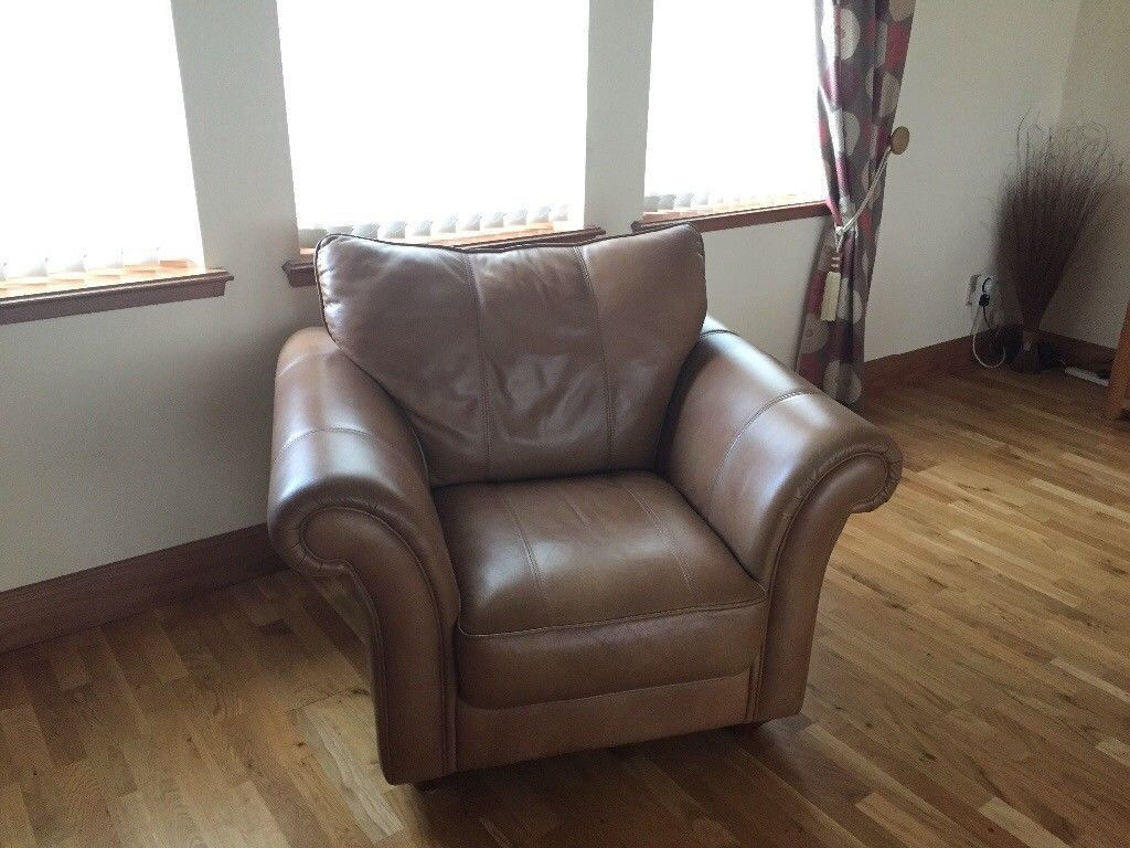 *** BARGAIN *** Excellent Condition Three Piece Suite