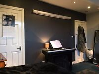 Luxurious double bedroom with WIFI and all bills included - Burley area