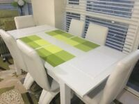 Mint condition White Gloss Extendable Dining Table with 6 Chairs