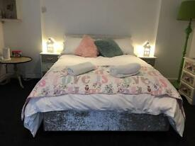 3 Bed Apartment, Lounge area - £995 Pm - No Bills - Free Wi Fi - Fully Serviced