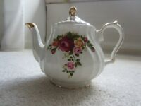Vintage Sadler Country Roses bouquet pattern swirled full size teapot with gold trim
