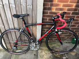 Fuji Roubaix 2.0 road bike, hardly used, excellent condition.