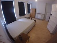 Well sized double room in Purley - Close to station and Tesco