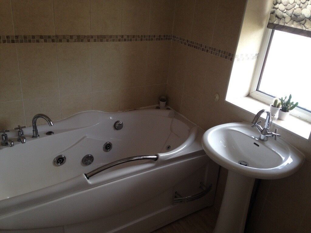 Modern Jacuzzi Bathroom Suite, Sink,Taps,Toilet, ready to collect ...