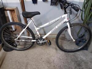Vélo de montagne sears free spirit blanc 18 vitesses roues 26po cadre 18.5po  (peinture abîmé )
