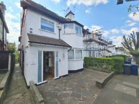 5 bedroom flat in St Johns Road, Temple Fortune, NW11