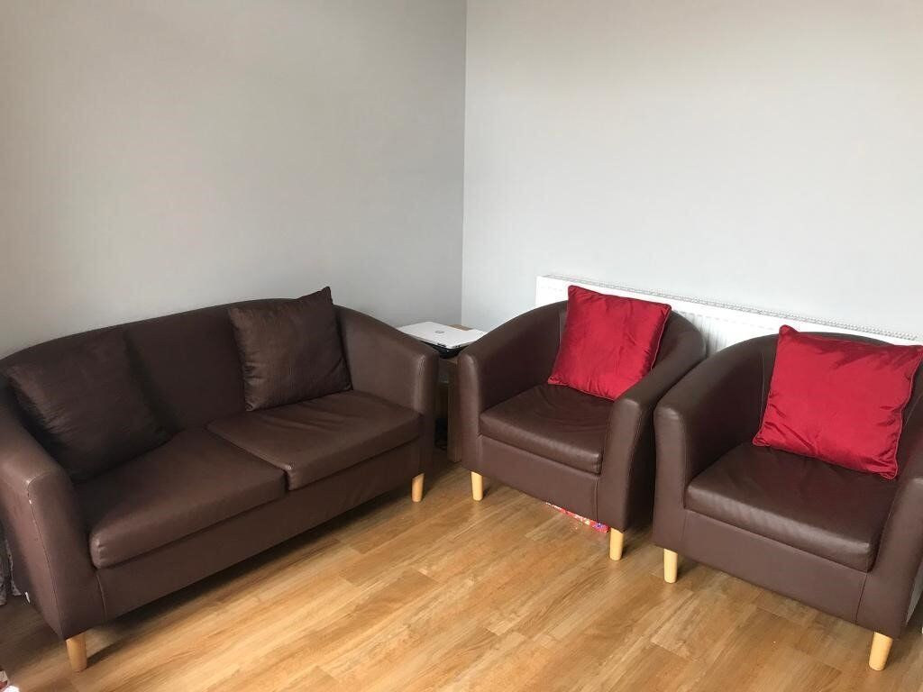 NEW LEATHER 2 SEATER SOFA+2 CHAIRS CAN DELIVER FREEE
