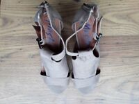 Mustang Beige open toe shoes/sandals. Brand new. Size 6.
