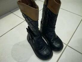 Kids boots size 8,26