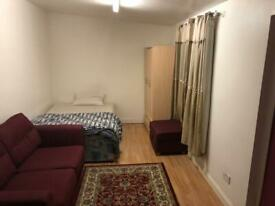 Studio flat to let in East Acton
