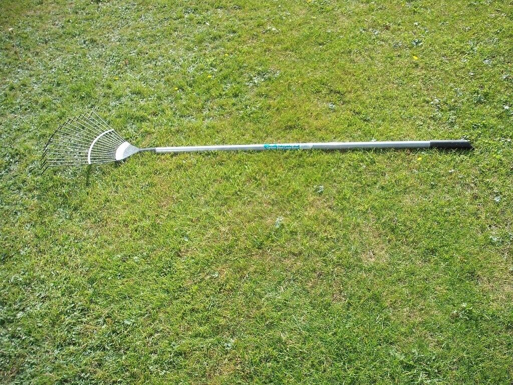 WICKES STRONG CARBON STEEL WIDE LAWN RAKE.
