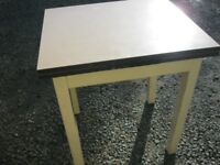 VINTAGE FORMICA EXTENDING TABLE. DUAL PULL OUT END LEAVES. EASY TO USE/STORE. VIEWING/DELIVERY POSS