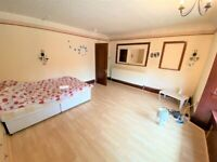Excellent 2 Double Bedrooms Flat with Huge communal Garden and Driveway in Hillington