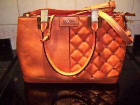 Bessie, Handbag