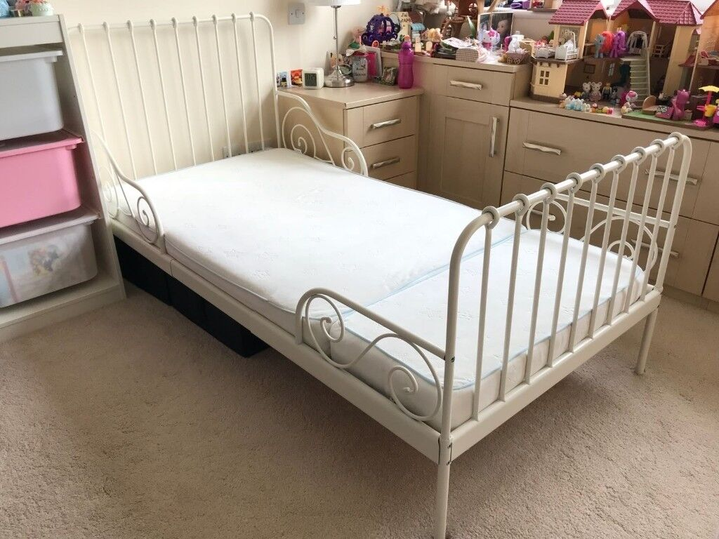 Extendable bed with slatted bed base + memory foam mattress. Excellent condition