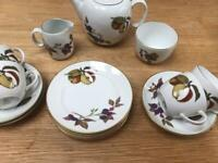 Evesham Gold tableware set Royal Worcester