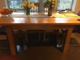 OAK FULLY EXTENDING DINING TABLE AND 4 CHAIRS.