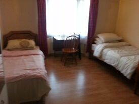 A LARGE DOUBLE ROOM TO LET NEAR SHEPHERED BUSH