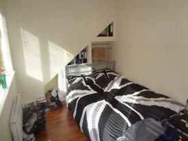 Ample room with couples allowed in 5-bedroom flat in Morden