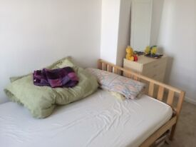 Standard Double room for F_E_M_A_L_E in a three bedroom family house in Brighton