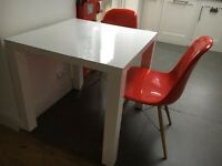 Modern Kitchen Table with 2 stylish Chairs