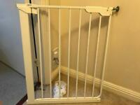 Narrow fit stair gate