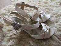 Ivory bridal shoes with diamonte brooch size 5 very good condition afew unnoticable minor marks