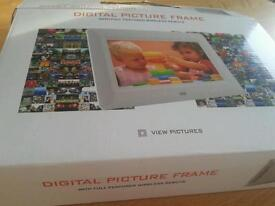 Digital picture frame with full featured wireless remote