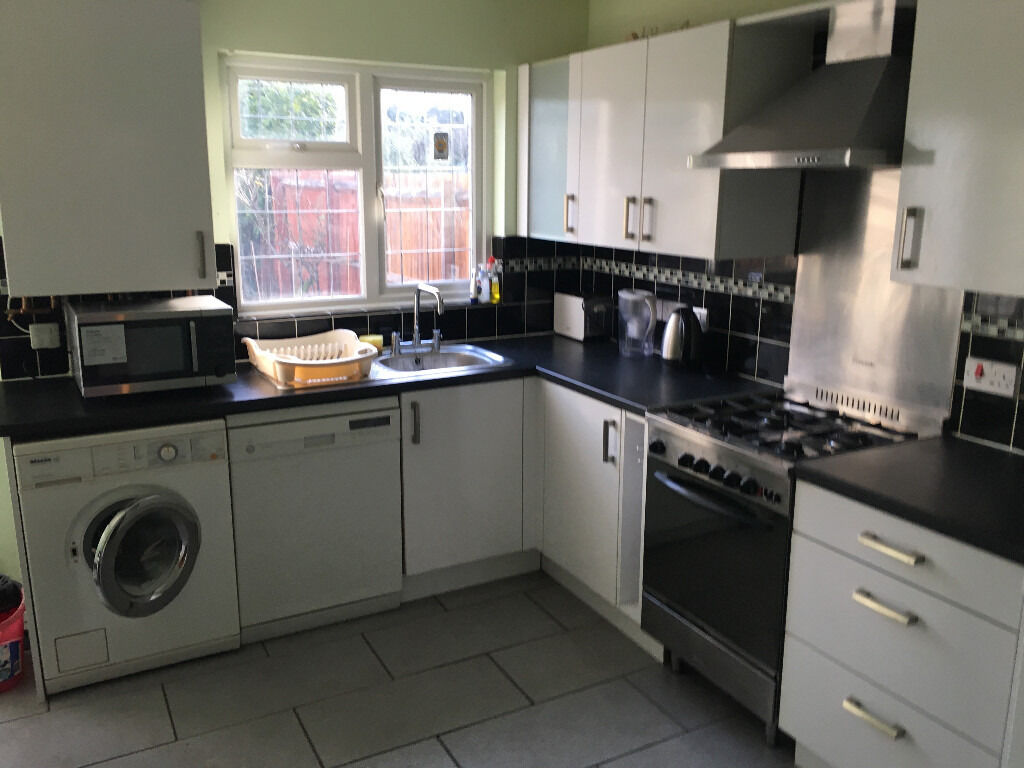 SPACIOUS TWO BEDROOM HOUSE IN NEWBURY PARK
