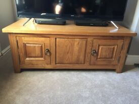 Beautiful solid oak coffee table. In perfect condition