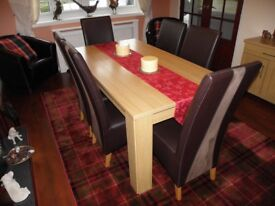 Modern light Oak and Veneer Stylish Dining Table with 6 x Chairs.