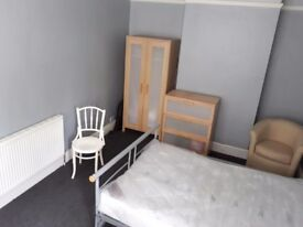 Large double room in big Victorian house overlooking park with large private garden