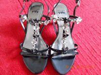 kitten heeled shoe
