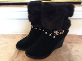 Ladies faux suede boots With fur trim