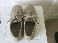 New - Cream Hotter shoes,size 4.5
