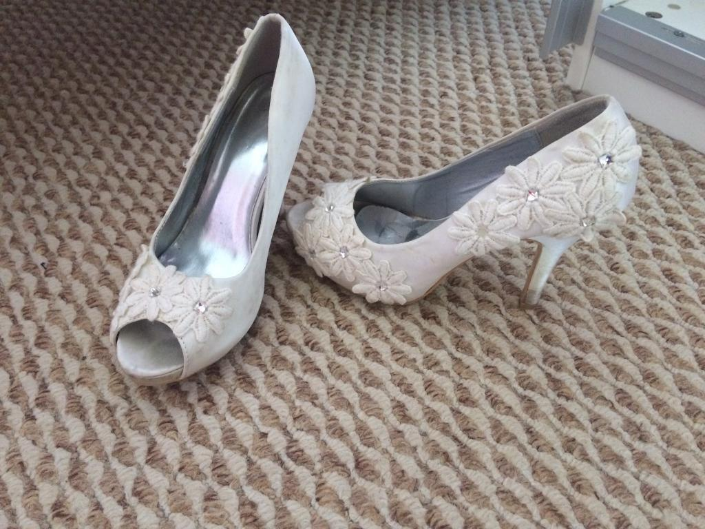 Ladies size 5 ivory flower court heels shoes
