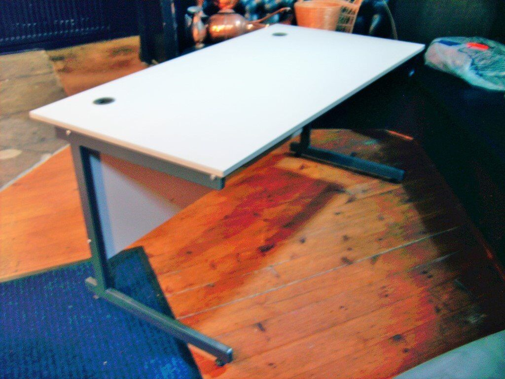 DESK OR TABLE FOR OFFICE OR HOME USE STRONG HEAT AND STAIN - Table for office use