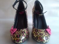 TUK LADIES HEEL IN BLACK GOLD & PINK HEEL WITH A PINK BOW