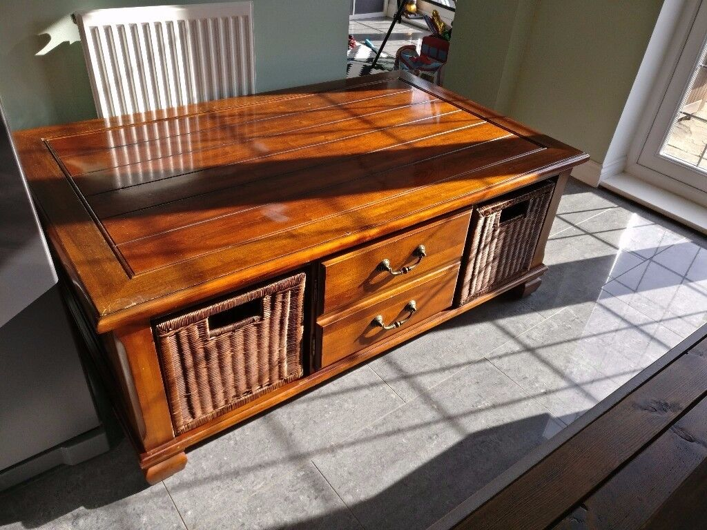 **AMAZING COFFEE TABLE**GREAT CENTREPIECE**BRILLIANT STORAGE**MUST SEE**GRAB A BARGAIN**RRP £250***